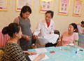 专家为孕妇学校们讲解孕期异常判断,孕妇学校积极提问